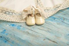 Le vintage nouveau-né de bébé vêtx la carte Image stock