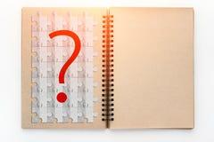 Le vintage ouvert réutilisent le carnet à dessins avec le symbole de point d'interrogation sur le gabarit Images libres de droits