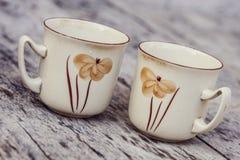 Le vintage a peint la tasse de café sur la vieille table en bois images stock