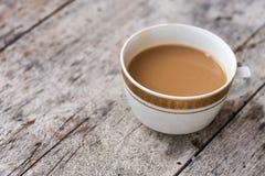 Le vintage a peint la tasse de café sur la vieille table en bois image libre de droits