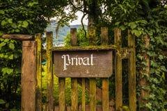 Le vintage privé se connectent une vieille porte en bois photo libre de droits