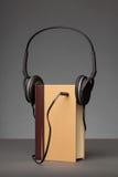 Le vintage réserve sur le fond gris avec un écouteur, concept pour A photographie stock libre de droits
