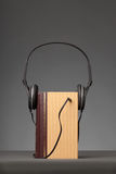 Le vintage réserve sur le fond gris avec un écouteur, concept pour A image libre de droits