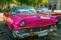Le vintage roule au sol les touristes de attente près du Central Park à La Havane Photographie stock libre de droits
