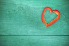 Le vintage a stylisé le coeur fait de poivre sur le fond grunge Photos libres de droits