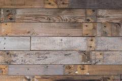 Le vintage a survécu au mur en bois avec le fond rouillé de clous Texture détaillée Photos stock