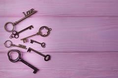 Le vintage verrouille la collection L'amour et la clé principaux rêvent sur le fond en bois rose Vue supérieure, l'espace libre Photographie stock