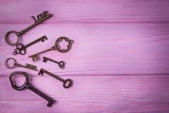 Le vintage verrouille la collection L'amour et la clé principaux rêvent sur le fond rose Vue supérieure, l'espace libre Photo libre de droits