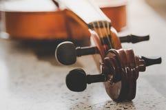 Le violon a mis dessus le plancher avec le filtre de ton de vintage Photos stock
