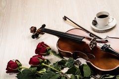 Le violon, s'est levé, café et des cahiers de musique Image libre de droits