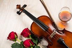 Le violon, s'est levé, verre de champagne et cahiers de musique Images libres de droits