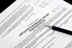 Le visa de papier d'immigration des USA de forme se trouve sur la surface noire Photos libres de droits