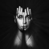 Le visage brille par des mains Double exposition Image stock