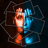 Le visage brille par des mains, visage est divisé en beaucoup de pièces par des cartes, double exposition Image libre de droits