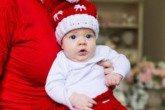Le visage, chapeau de Noël, costume rouge, remet la mère, amusement Images libres de droits