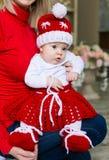 Le visage, chapeau de Noël, costume rouge, remet la mère, amusement Image libre de droits