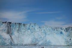 Le visage d'un glacier en cours de vêlage Image stock