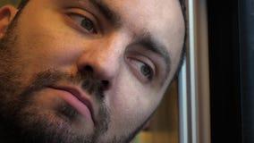 Le visage d'un homme fatigué dans un train banque de vidéos