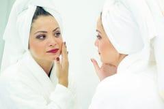 Le visage d'une femme Demandes de règlement de station thermale Tête enveloppée avec une serviette blanche image libre de droits