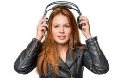 Le visage d'une jeune fille aime la musique rock Photographie stock libre de droits