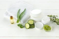 Le visage de concombre et d'aloès, la peau et le corps crèmes cosmétiques s'inquiètent la lotion d'humidité d'hygiène photo libre de droits