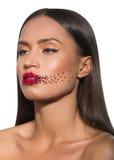 Le visage de femme de beauté avec créatif composent les lèvres rouges, roses sur des lèvres Photos libres de droits