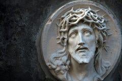 Le visage de Jesus Christ dans une couronne des épines comme symbole de suf Images stock