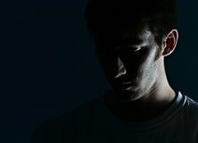 Le visage de l'homme dans l'ombre Photographie stock libre de droits