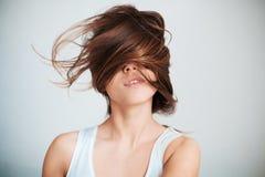 Le visage de la femme à moitié fermé par des cheveux Photo stock