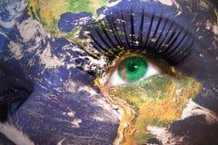 Le visage de la femme avec la texture de la terre de planète et le drapeau du Turkménistan à l'intérieur de l'oeil photos stock