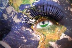 Le visage de la femme avec la texture de la terre de planète et le drapeau indien à l'intérieur de l'oeil image libre de droits