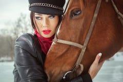 Le visage de la femme et la fin principale de cheval  photographie stock