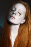 Le visage de la femme rêveuse avec de l'argent créatif - maquillage bronzé. Art Nouveau Image stock