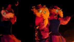 Le visage de la fille à la mascarade dans un costume vénitien cache un masque mystérieux Danse avec le feu pendant la nuit Concep clips vidéos