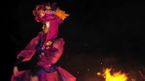 Le visage de la fille à la mascarade dans un costume vénitien cache un masque mystérieux Danse avec le feu pendant la nuit Concep banque de vidéos