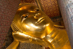 Le visage de la statue d'or étendue de Bouddha au Wat-PO, Bangkok Images stock