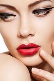 Le visage de modèle de mode de plan rapproché, languettes de charme préparent photographie stock libre de droits