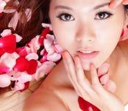 Le visage de sourire et de contact de fille avec le rouge s'est levé Photo stock