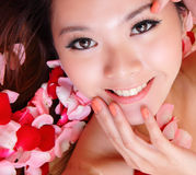 Le visage de sourire et de contact de fille avec le rouge s'est levé Photo libre de droits