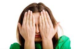 Le visage du femme caché dans des mains image libre de droits