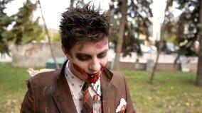 Le visage ensanglanté du zombi en parc clips vidéos