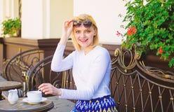 Le visage gai heureux de femme ont la terrasse de café de boissons dehors Thé au lait de boissons de fille en tant que tradition  photo libre de droits