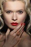 Le visage modèle, les lèvres rouges anneau préparent, de manucures et de bijoux Image stock