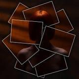 Le visage ou le corps est divisé en beaucoup de pièces par les cartes, fille nue méconnaissable contre un mur avec les rayons ora photos libres de droits