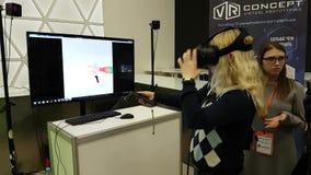 Le visiteur examine un jeu de réalité virtuelle clips vidéos