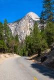 Le viste e le cose hanno trovato sul vostro modo fino alla parte superiore della cupola mezza alla sosta nazionale del Yosemite n Fotografia Stock