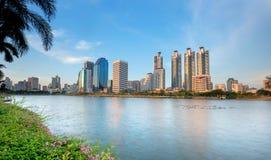 Le viste ed il lago della città del cielo blu parcheggiano a Bangkok Tailandia Immagine Stock Libera da Diritti