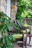 Le viti verdi circondano un'area di disposizione dei posti a sedere del patio sulla piattaforma vicino al lago Chelan in Washingt immagini stock