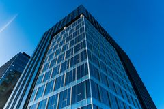 Le vitrail du ` s d'édifice haut reflètent la lumière du jour en ville Bâtiment moderne de Skycrappers avec les verres modernes images libres de droits