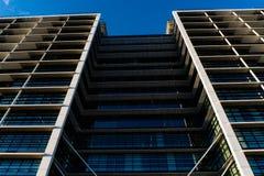 Le vitrail du ` s d'édifice haut reflètent la lumière du jour en ville Bâtiment moderne de Skycrappers avec les verres modernes photo stock